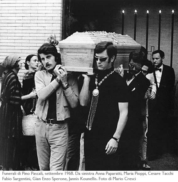 Funerali-di-Pino-Pascali-settembre-1968.-Da-sinistra-Anna-Paparatti-Maria-Pioppi-Cesare-Tacchi-Fabio-Sargentini-Gian-Enzo-Sperone-Jannis-Kounellis.-Foto-di-Mario-Cresci copia